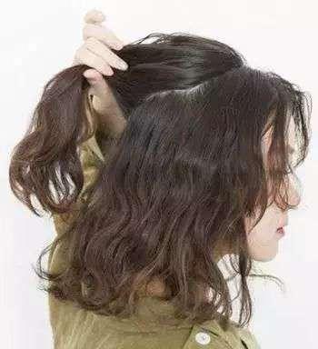 小卷发怎么扎好看 烫发怎么扎头发好看 几款好看烫发扎发教程