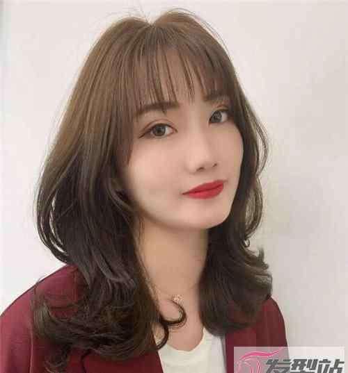 最新长发卷发发型 显年轻的气质中长发 最具女人味卷发示范