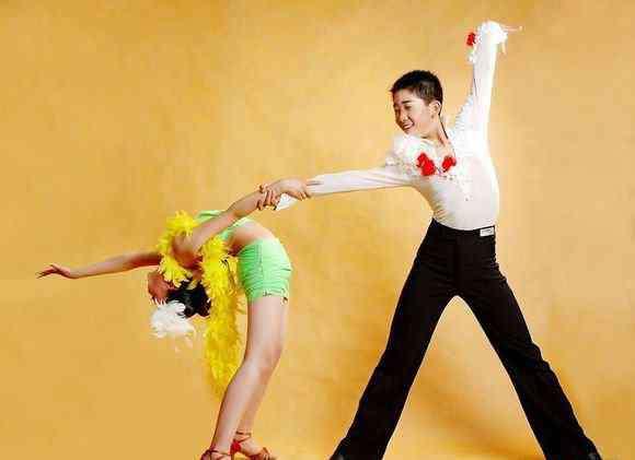 跳舞男孩 男孩跳舞化妆图片5个方面给你自然好看的舞台妆